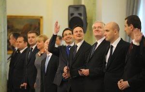 Bei der Amtseinführung 2011 anwesend, inzwischen entlassen: Staatsschatzminister Mikolaj Budzanoskwi (Mitte, ausgestreckter Arm) und Justizminister Jaroslaw Gowin (dritter von rechts) .// (c) Kancelaria Premiera [CC BY-NC-ND 2.0] / Flickr