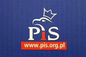 PiS-Logo im Sejm // (cc) Lukas Plewnia / Polen Heute [CC BY-SA 2.0] / Flickr