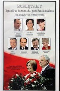 Smolensk-Gedenktafel für Lech Kaczynski, Maria Kaczynska und die verunglückten PiS-Abgeordneten