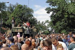 Kinder-auf-Militärfahrzeuge