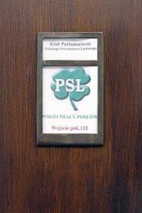"""PSL-Logo im Sejm // (cc) <a href=""""https://www.flickr.com/photos/lplewnia/"""" rel=nofollow>Lukas Plewnia / polen-heute.de</a> [<a href=""""https://creativecommons.org/licenses/by-sa/2.0/"""" rel=nofollow>CC BY-SA 2.0</a>] / Flickr"""