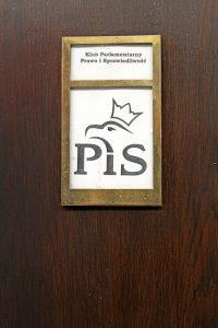 PiS-Logo im polnischen Parlament