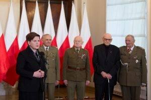 Beata Szydlo mit den verstoßenen Soldaten