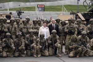 Ministerpräsidentin Beata Szydlo mit Soldaten zum NATO-Gipfel // (cc) Fot. P. Tracz / KPRM [Public Domain Mark 1.0] / Flickr