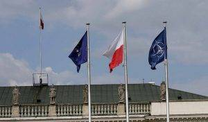 Flaggen vor dem Präsidentenpalast in Warschau