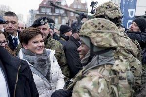 Beata Szydlo mit US-Militär // (cc) P. Tracz / KPRM [Öffentliche Domäne] / Flickr